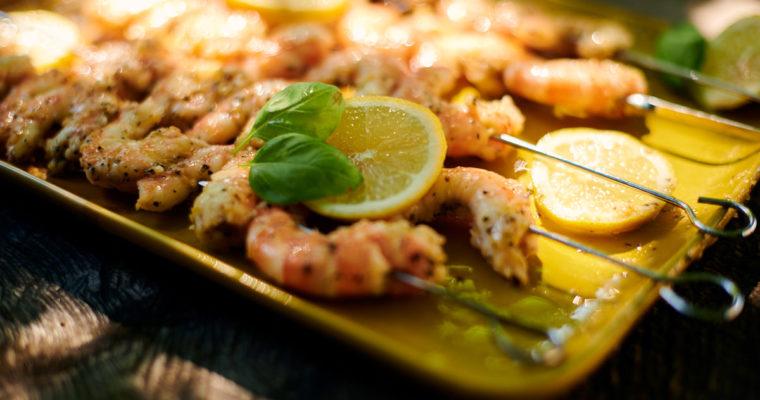 Brochettes de crevettes marinées au citron et au basilic frais
